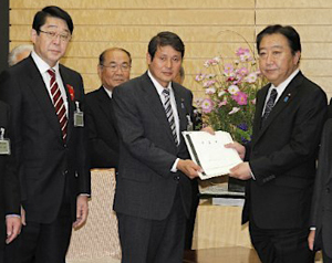 松田会長、松崎副会長(浦安市長:左)から、野田内閣総理大臣へ要望書を提出