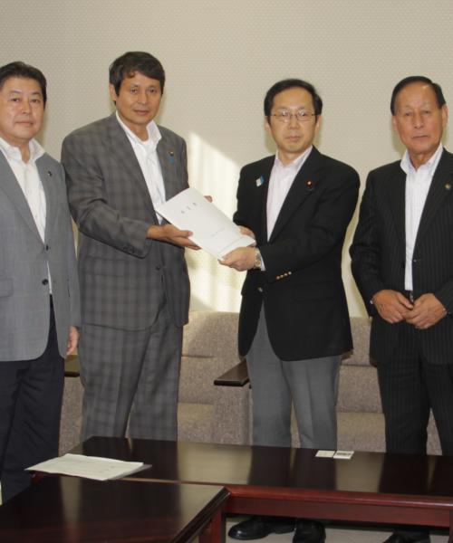 竹内財務大臣政務官(中央右)