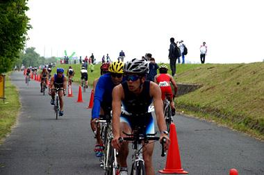 常陸利根川(北利根川)堤防沿いをバイクで走る選手