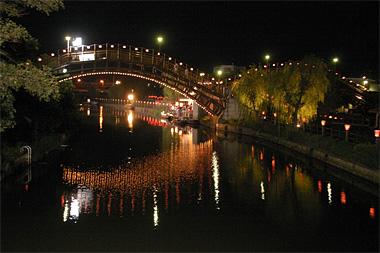 ライト灯りで幻想的な前川あやめ園の夜